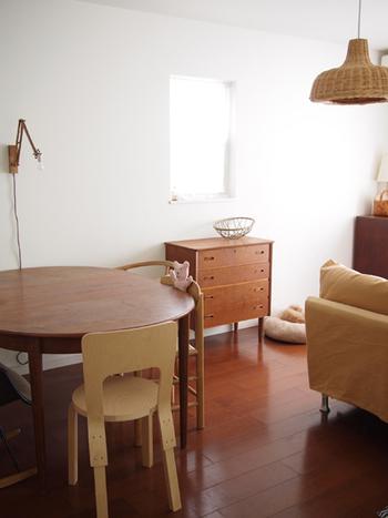 木の温もりが感じられる家具が並んだ部屋。全体的にアンバー系の色でまとまっているので、落ち着いた空間になっています。
