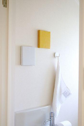 イエローのファブリックボードを飾るのは、簡単に秋色を取り入れられる方法です。こちらはトイレの壁に飾っています。