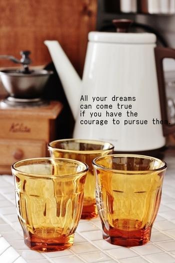 深みのあるアンバーのガラスコップは、ちょっとレトロな印象です。秋の食卓にぴったりですね。