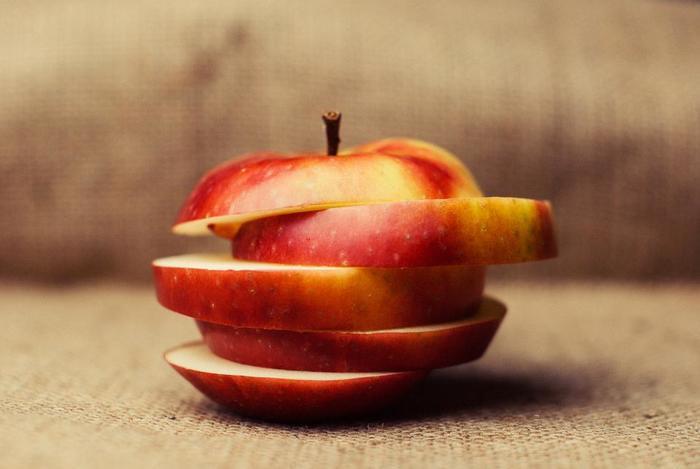 6等分や8等分のクシ型、断面がユニークな輪切、細かく刻むなど、リンゴの切り方は人それぞれ。断面が多くなるほどリンゴのエキスが溶け込むスピードが速くなり、短時間で美味しいお酒ができることになります。 味の違いはほとんどありませんが、取り出し易さや見た目の美しさで切り方を考えるのも楽しみの1つ。