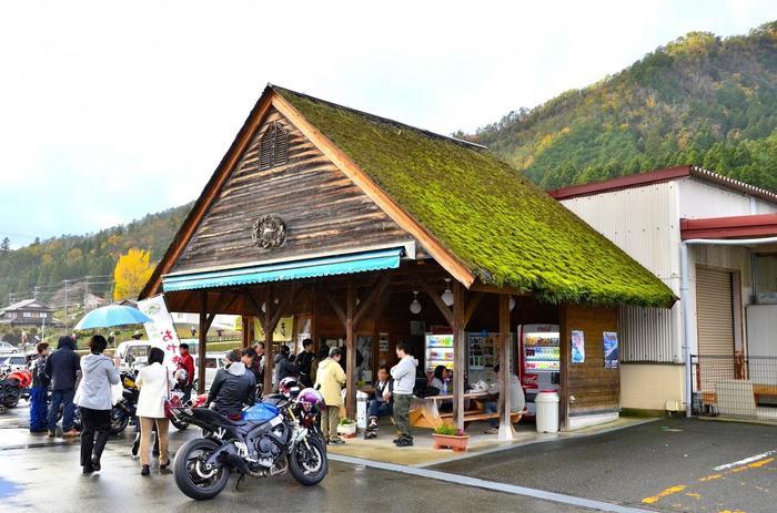 車やバイクで行くのなら、国道162号線沿い、美山町安掛の「道の駅 美山ふれあい広場」は、ぜひ立ち寄りたいスポットです。駅には、特産品を販売する店舗「ふらと美山」と美山牛乳の直売所「美山のめぐみ 牛乳工房」の二つの店舗が入っています。