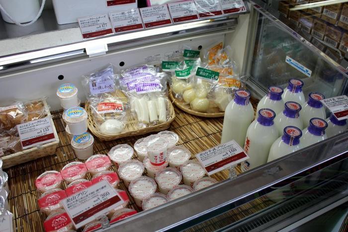 """自然環境に恵まれた美山の乳牛から搾乳し、独自の製法で加工された「美山牛乳」は、""""手づくり感にあふれ、美山の自然のめぐみが凝縮された味""""。  「美山牛乳」は、新鮮なままに味わえるよう、輸送に時間がかからない美山とその近辺しか出荷されていないので、牛乳好きの方はぜひ立ち寄って購入してみましょう。店内には「美山牛乳」他、美山牛乳ならではの風味を活かした、チーズやシュークリーム等など、様々な商品が並んでいます。人気は、平飼い卵の濃厚な味わいが魅力の「美山プリン」と、卵不使用、原料の93%を美山牛乳で作った「美山牛乳プリン」。甘さ控えめで、あっさりした味わいのプリンです。"""