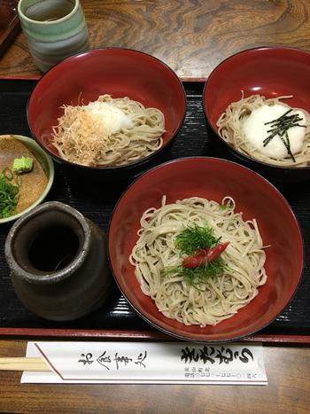 メニューは、蕎麦各種の他、「天ぷらの盛り合わせ」といった一品料理、甘味や珈琲等など。  人気は、蕎麦の味をシンプルに楽しめる「美山もりそば」、香ばしく焼き上げた地鶏の南蛮蕎麦「地鶏せいろ」、とろろ、大根おろし、梅しその3種の蕎麦が楽しめる「そば三昧」。  サイドメニューも人気。地元収穫の黍が入った「きびご飯」、美山産平飼いの新鮮卵を使った「ミニ玉子丼」、「たまごかけご飯」を、蕎麦にセット出来ます。 【画像は、「蕎麦三昧」。】