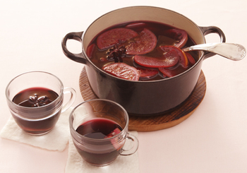 リンゴ酒づくりに半年も待てない!という人は、簡単につくれるサングリアはいかがでしょう? 鍋にフルーツと赤ワインを入れて、沸騰直前まで温めれば出来上がり♪