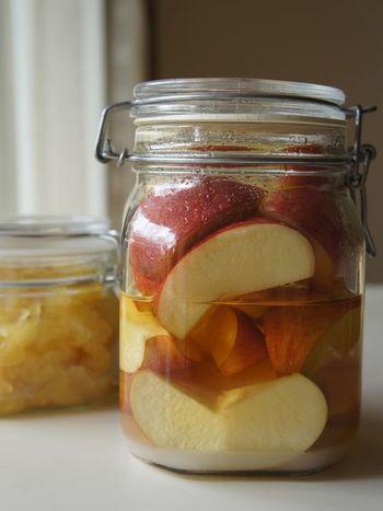作り方はリンゴ酒とほぼ同じ。お酒を酢に変えて漬け込むリンゴ酢は、健康のためにも毎日飲みたいですね。