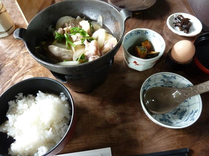 美山の地鶏と平飼い新鮮卵を使った「親子鍋定食」も人気。コンロごと出てくる鍋は、煮立ってから自分で卵を溶き入れるので、火入れの具合は好みに応じて調整出来ます。濃厚な地鶏と卵の旨味がしっかりと味わえる人気の定食です。