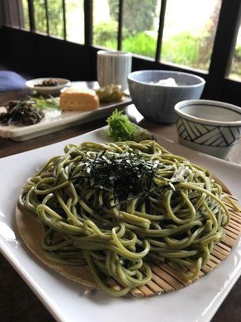 「もりしげ」の蕎麦は、茹で加減が絶妙な茶そばです。 メニューは、シンプルに「ざるそば」「とろろそば」の二種のみ。他のメニューは、かやくごはんや副菜が付いた「そば定食」や新鮮な「イワナのお造り」等など。 【画像は、緑鮮やかな茶そばと、手作りの副菜や漬物、ご飯が付いた「ざるそば定食」。】