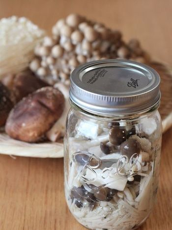 茹でたきのこを塩漬けにするだけというシンプルを極めた常備菜、「塩きのこ」。調味料は塩だけなのに、保存瓶の中で、きのこの旨味がじわじわ溶け出し、まろやかで濃厚な味わいになっていきます。そのまま魚や肉のソースとして使ったり、パスタ、スープに炊き込みご飯の具材としてもどんどん活用できちゃう優れもの。冷蔵庫にいつも常備しておきたくなる万能常備菜です。
