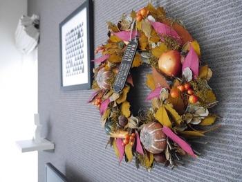 モノトーンの部屋に、秋らしいカラーのリースを飾っています。シックな壁だからこそ、より色が引き立ちますね。