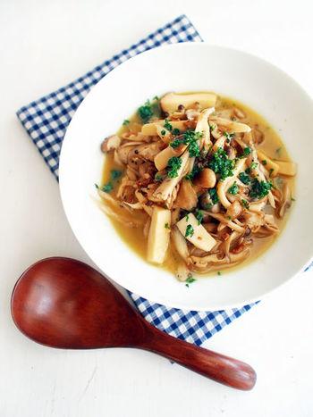 「キノコのセコビア風」はアヒージョに似ていますが、白ワインとソーセージが加わってさらに贅沢で濃厚な味わいを堪能できる一品。ボリュームもパンチもあるので、食べごたえがありそうです。