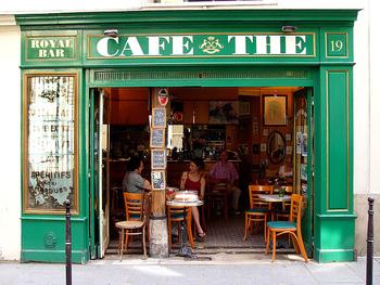 """出勤前にさらっと立ち寄って、コーヒーを一杯。友達とゆっくりおしゃべり。時には、食事やワイン。パリでもどこでも、行きつけのカフェでおもいおもいの時間を過ごすのがフランスの日常です。家の近くで、いつもの散歩コースの途中で、お気に入りのカフェが見つかると""""フランスで暮らしてる!""""という実感がわくことでしょう。"""