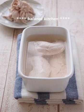 鶏もも肉のゆで鶏が定番ですが、ささみを茹でて保存しておくのもおすすめです。保存期間は冷蔵で3日ほど。忙しい日でも、ほぐすだけですぐ使えて便利ですよ。