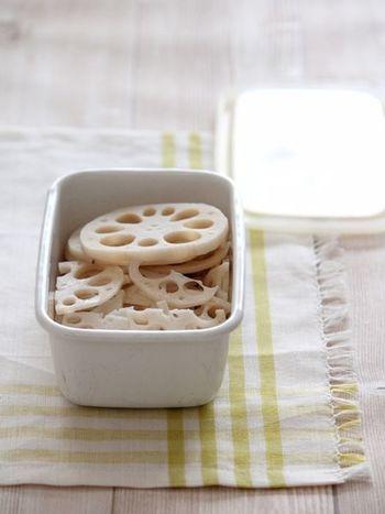 サラダや和物、炒め物に便利な塩ゆでレンコン。お酢を少し加えて茹でることで発色が良くなります。大きめからいちょう切りまで、用途に合わせて切って保存したいですね。