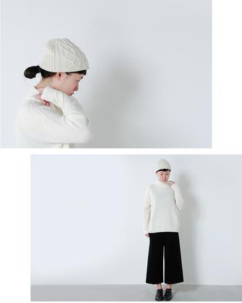 ホワイトのニットキャップを選べば、やさしい女の子らしい印象になります。さっとかぶるだけでいつものスタイリングが一気にこなれた雰囲気になるのがいいですね。