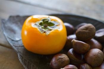 柿ジャムといっても作り方は色々。熟した柿を使ったり、甘栗やさつまいもなど他の材料と合わせて作ったり、お酒を加えて大人の味にしたり、意外と奥が深い柿ジャムですが、作り方は簡単なものが多いのでぜひ秋の味をおうちで作ってみてはいかがでしょうか。