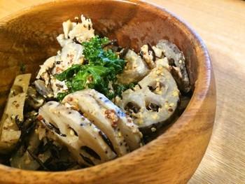 煮物やきんぴらなど和食材として使われることの多いれんこんですが、洋風の味付けでも意外な美味しさに。マヨネーズを使いますが、粒マスタードとめんつゆで和洋折衷のさっぱりとした味わいに。ぜひお試しあれ!