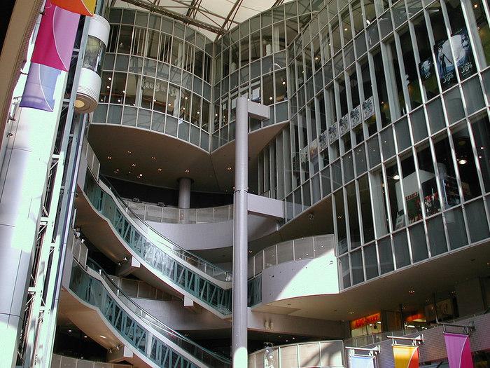 """「シネマート心斎橋」は、大阪のアメリカ村の複合商業施設「心斎橋BIGSTEP」の4階にあります。1993年に「パラダイスシネマ」として開館し、2006年に「シネマート心斎橋」としてリニューアルオープンしました。パラダイスシネマではアート系の映画を中心としたセレクトでしたが、シネマート心斎橋になってからは韓国を中心に、大手シネコンでは上映されないであろう""""フィリピン""""や""""ベトナム""""などのアジアの良質な映画を観ることができ、欧米にも負けないアジアの映画の力が感じられます。"""