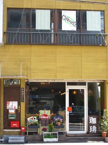 大阪北区中崎町、古い長屋が今でも残るノスタルジックな路地裏に、カフェやクラフト、アート関連のお店が立ち並ぶこのエリアは、最近、若者たちに人気のエリアでもあります。 この土地にひっそり存在するミニシアター「プラネットプラスワン」。黄色の壁がユニークなビルの2階にある小さな上映室で活動を続けています。  映写室のような雰囲気の小さな上映室。ここには、本当の映画好き達、もしくは映画をもっと知りたいという人達が集まってくるような気配が漂っています。 プラネットプラスワンの売りはとにかく上映企画。映画発明者のリュミエール兄弟やフィルムノワールなど、本当の意味でのクラシックな作品から、現代のインディペンデントな作品まで、カバーする範囲は幅広く、特集の組み方もかなり玄人好みな内容。ここに足繁く通えば、きっとかなりの映画通になるはずです。