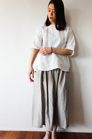 素材の風合いで魅せる、クルーネックプルオーバーシャツ&大きなポケットが印象的なギャザースカート。淡いカラーリングが涼しげです。