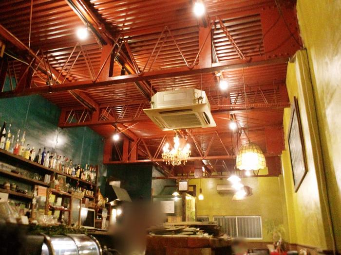 プラネットプラスワンへ行く目印は、黄色のビルと1階にあるカフェ「太陽の塔」。映画を見た後、おいしいお茶とスイーツでまったりするのもいいですね。