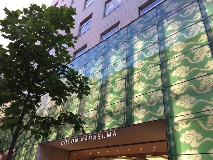 京都、四条烏丸にある『COCON KARASUMA:古今烏丸』。アクタスやデザインギャラリー、ハイセンスな雑貨店やカフェなどが入居する中、「京都シネマ」は3階「シアター&ギャラリー」ゾーンに入っています。