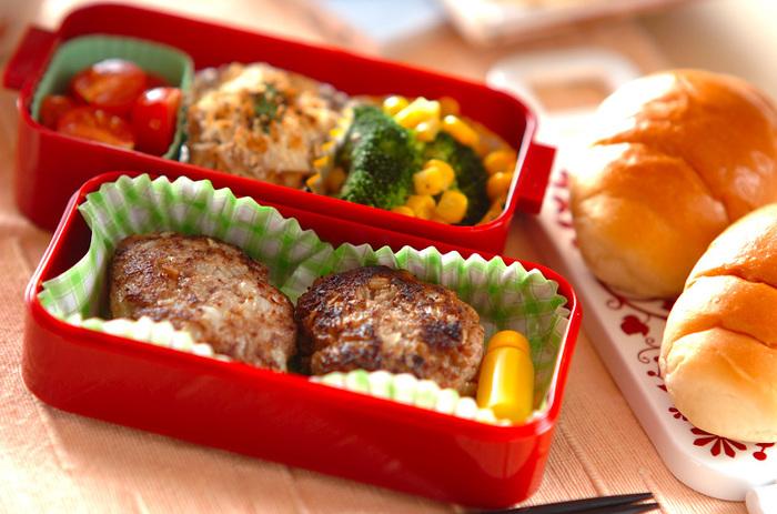お弁当のおかずといえば、やっぱりハンバーグは不動の人気者ですよね。朝からひき肉を捏ねるのはちょっと面倒ですが、こちらのレシピなら前日から準備しておけるので、朝は焼くだけでOK。タネは冷凍保存しておくこともできます。