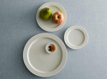 ごくシンプルながら柔らかい雰囲気がある、イイホシユミコの人気シリーズのリム皿「unjour(アンジュール)」。フランス語で「1日」という意味です。
