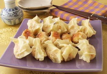 野菜やお肉だけでなく、魚貝類にもマッチするのが餃子の魅力。プリっぷりのエビを具材に加えて、ジューシーに仕上げています。カロリー166kcalとヘルシーなのも嬉しいポイントです◎