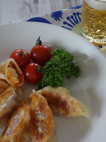 お家バルにぴったり☆生ハムやモツァレラチーズを加えた餃子。タケノコも具材に加えることで、シャキッと感を楽しむことができます。オリーブオイルで焼き上げて、おしゃれなイタリアン風の餃子ができあがり☆