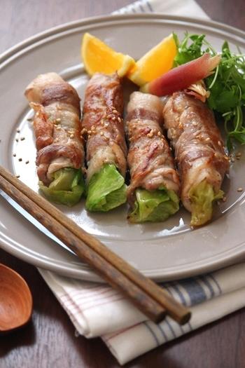 ちょっと変わった肉巻きレタスのレシピ。程良く火の通ったシャキシャキレタスが美味しい!お肉にしっかり下味をつけるのが、ジューシーに仕上げるポイントです。