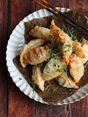 エビとチーズも意外と好相性◎揚げたての餃子をいただくと、エビのプリっとした食感とチーズのとろりとした味わいを楽しめます。仕上げにかいわれ大根を添えて、見た目も美しく。