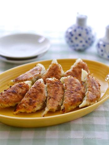 キャベツとひき肉で作る、シンプルなカレー餃子。前の日に余ったカレーを活用するのもおすすめです◎そのまま味わってもOKですが、醤油をかけると一風違った味わいを楽しむことができます。