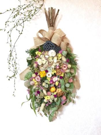 リースよりも手軽に作れるスワッグ。色とりどりの花をナチュラルなバーラップで束ねるのも素敵です。