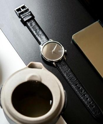 腕時計はベルトの色、幅、素材、そして文字盤も大きさ、色、デザイン・・と細かいところまでこだわると、洋服以上に選ぶのが大変かもしれません。ネットでお取り寄せも手軽ですが色々とお店で試着してみるのも楽しいですよ!また、意外なデザインが自分の腕にしっくりきたりするかもしれませんね。新しい発見を楽しんでみて下さいね♪