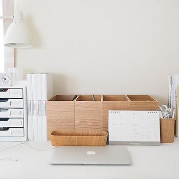 机の上にきちんと並べられたシンプルなウッドボックスの中身は・・・