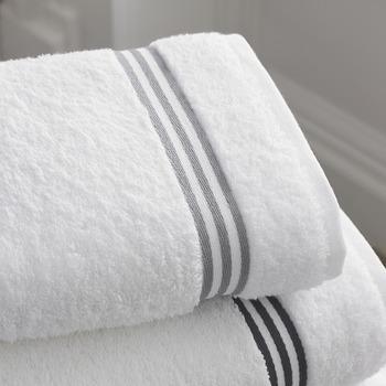 ②乾いたタオルを汚れを落としたい部分の生地の裏に置き、布に汚れをうつしていきます。