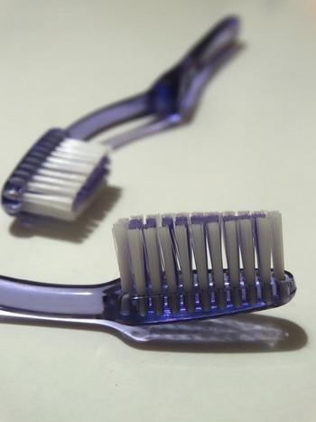 ③洗剤をつけた古歯ブラシを、汚れの上に軽くトントンと置き、汚れをやさしく落としていきます。  家庭で洗えない洋服は、クリーニング店におまかせしましょう。その際には、「いつ、何(しょうゆ、ワイン、カレーなど)でつけたシミか」を伝えるとスムーズです。