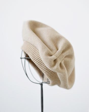 『beret tuck&gather rib lamb mkf-2112』  サイドに寄ったギャザーの効果で、かぶった時の立体感、まるみを帯びたシルエットが魅力的なベレー。リブで切り替えることで、浅めにかぶったり、ニット帽のように深くかぶるなど、アレンジも自由自在。