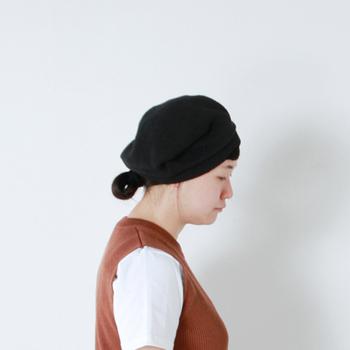 少し斜めにずらした被り方が最大の魅力のベレー帽。可愛らしく、秋冬に多い、あたたかみを感じる色味のコーディネートのポイントにもぴったりです。