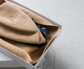 マチュアーハの代表作といえば、なんといっても「 BOXD HAT(ボックスハット)」。なんと、A4サイズの紙くらいの大きさの平たい箱に入って販売されています。かさばるので持ち運びや収納が何かと大変な帽子も、5センチほどの深さの箱に収まるんです。