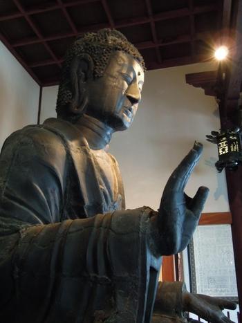 本尊である飛鳥大仏は、推古天皇(609)17年に鞍作鳥(止利仏師)によって造られた日本最古の仏像です。火災や野ざらしによる破損が大きく、頭部と右手指の一部が創建当時のままと言われています。 重要文化財でありながら、写真撮影可能なのは嬉しいですね。
