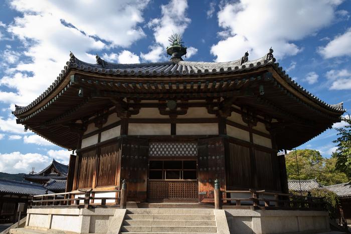 こちらの八角形の建物「夢殿」の御本尊として祀られているのが「救世観音」です。