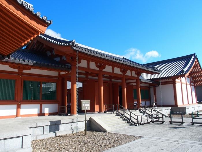 大宝蔵殿は、法隆寺の宝物を集めて保護・公開しています。百済観音像や玉虫厨子はこちらに安置されています。 210cmという長身で8頭身、優雅な造りをした百済観音像を是非、ご覧ください。