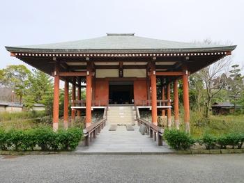 聖徳太子の母の御願によって、太子の宮居斑鳩宮を中心にして、西の法隆寺と対照的な位置に中宮寺は創建されました。