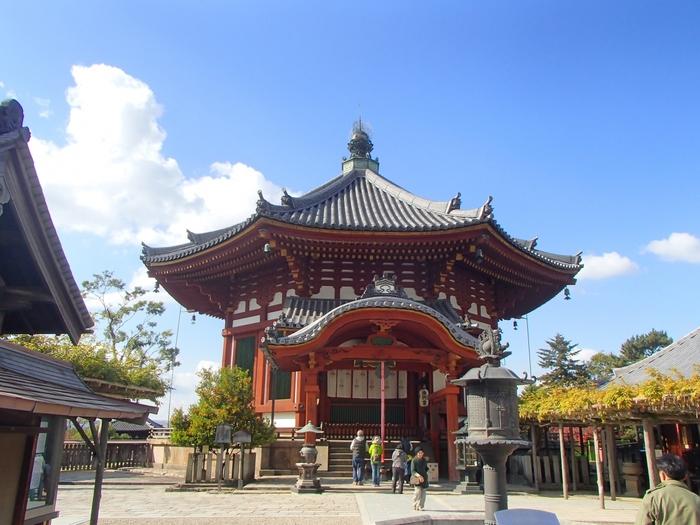 八角形の南円堂は、「和」というよりは、中国など大陸文化の雰囲気を醸し出しますね。