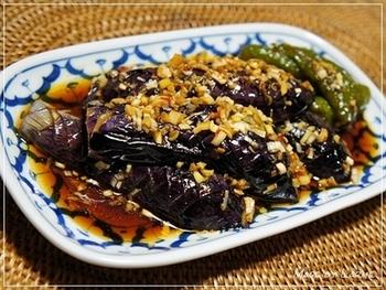 お酢が適度にきいた南蛮漬けは、ゴマ油のコクがありつつもさっぱり食べられて食が進むおかずのひとつです。お魚やお肉で作っても美味しいですが、揚げナスにタレがじんわり滲みたシンプルな南蛮漬けもおすすめですよ。