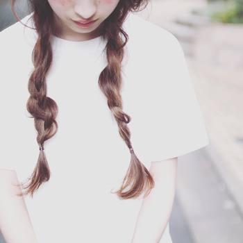 髪の毛を3つに分けます。外側の毛束を中央に持っていきます。反対側の外側の毛束も中央に持っていきます。それを繰り返していくだけで簡単にできちゃいます。