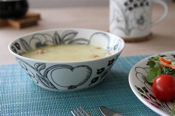 """その中でもこの""""パラティッシ ブラック スープボウル""""はとても便利。よくあるスープ皿は深皿といってもスプーンですくって飲むのにちょっと不便ですが、こちらは深くてたっぷり入って飲みやすい。世界中で長く愛される理由がわかるという品です。スープだけでなくいろいろ使えそうですね。"""