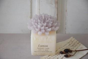 香水好きな人におすすめなのはダリアキャンドル。見た目も香りも華やかです。