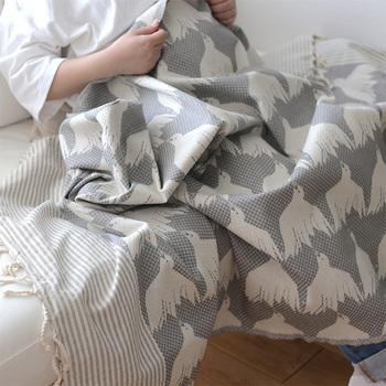 北欧デザインが人気のハウスオブリュムのブランケット。しっかりとした生地なのでマルチカバーとしても素敵です。フリンジ付きでソファに置いておいても絵になりますね。